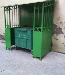 зеленое ограждение для мусорного контейнера