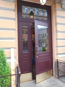 металлическая входная дверь в отель с остеклением