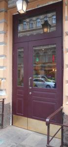 входная дверь в отель со стеклопакетами