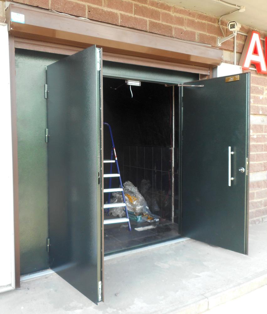 входная металлическая двустворчатая дверь