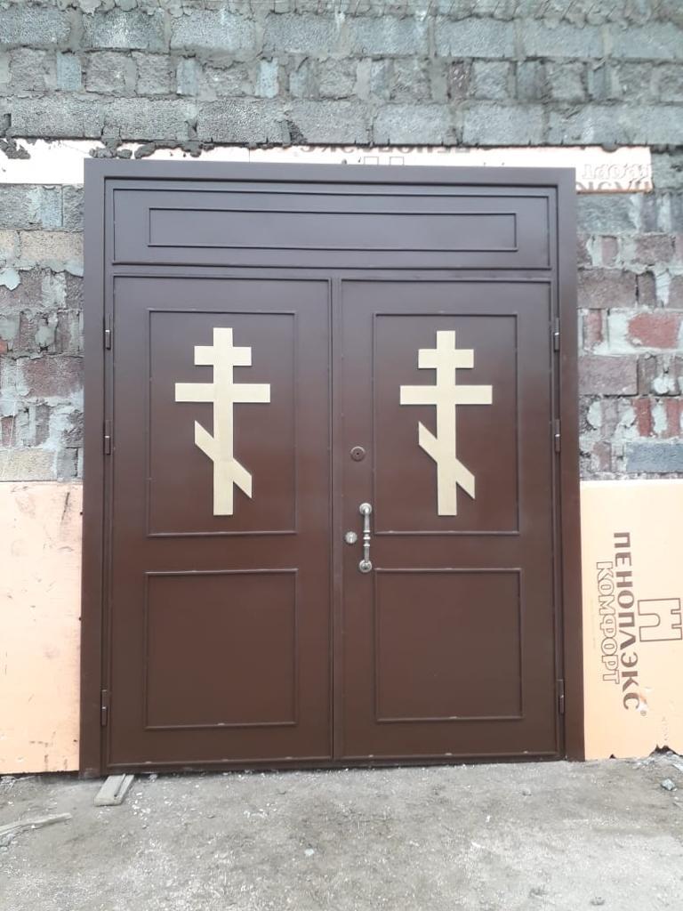 входная дверь в церковь