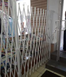 Раздвижные металлические решетки в детском магазине