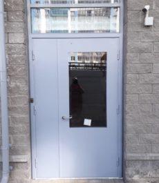 Входные двери в многоквартирном доме на Ленинском пр.