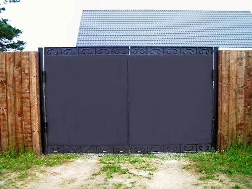 ворота стальные, ворота зашитые, ворота с листом стали, стальные красивые ворота, обшивка ворот металлом, черные ворота фото