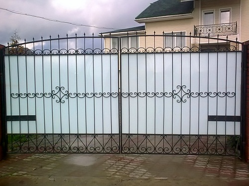 ворота с элементами ковки, ворота с поликарбонатом фото, ворота для загородный участков, красивые ворота для коттеджа, элегантные ворота